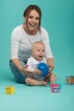 El jugar sonriente atractivo caucásico joven de la madre Imágenes de archivo libres de regalías