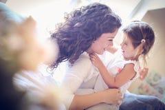 El jugar y el abrazo con mi mamá me hacen feliz Pequeña bailarina fotos de archivo libres de regalías