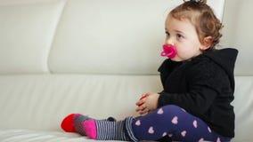 El jugar y danza del bebé del niño almacen de metraje de vídeo