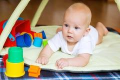 El jugar y descubrimiento del bebé Foto de archivo libre de regalías