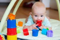 El jugar y descubrimiento del bebé Imágenes de archivo libres de regalías
