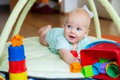 El jugar y descubrimiento del bebé Fotos de archivo