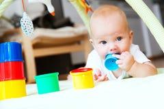 El jugar y descubrimiento del bebé Fotografía de archivo