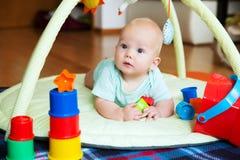 El jugar y descubrimiento del bebé Fotos de archivo libres de regalías