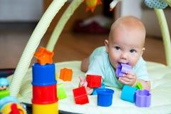 El jugar y descubrimiento del bebé Imagen de archivo