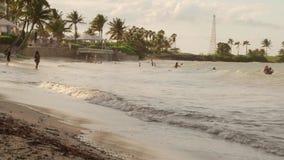 El jugar y el nadar en línea de la playa tropical del complejo playero almacen de metraje de vídeo