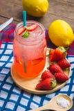 El jugo de la soda del jugo y del limón de la fresa se mezcló con soda Añada el flavo Fotografía de archivo