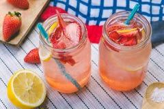 El jugo de la soda del jugo y del limón de la fresa se mezcló con soda Añada el flavo Foto de archivo libre de regalías
