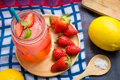 El jugo de la soda del jugo y del limón de la fresa se mezcló con soda Añada el flavo Imagen de archivo