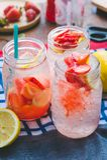 El jugo de la soda del jugo y del limón de la fresa se mezcló con soda Añada el flavo Fotos de archivo libres de regalías