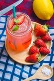 El jugo de la soda del jugo y del limón de la fresa se mezcló con soda Añada el flavo Imagen de archivo libre de regalías