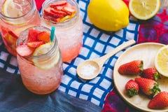 El jugo de la soda del jugo y del limón de la fresa se mezcló con soda Añada el flavo Fotografía de archivo libre de regalías