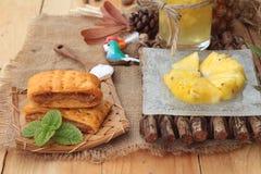 El jugo de piña y la piña fresca con pan cocieron con el pineap Fotografía de archivo