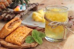 El jugo de piña y la piña fresca con pan cocieron con el pineap Imagen de archivo libre de regalías