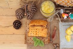 El jugo de piña y la piña fresca con pan cocieron con el pineap Foto de archivo