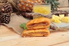 El jugo de piña y la piña fresca con pan cocieron con el pineap Imagenes de archivo