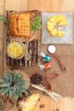 El jugo de piña y la piña fresca con pan cocieron con el pineap Imágenes de archivo libres de regalías