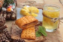 El jugo de piña y la piña fresca con pan cocieron con el pineap Fotografía de archivo libre de regalías
