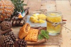 El jugo de piña y la piña fresca con pan cocieron con el pineap Fotos de archivo