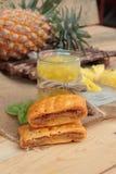 El jugo de piña y la piña fresca con pan cocieron con el pineap Foto de archivo libre de regalías