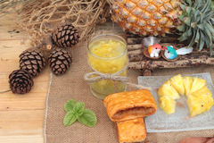 El jugo de piña y la piña fresca con pan cocieron con el pineap Imagen de archivo