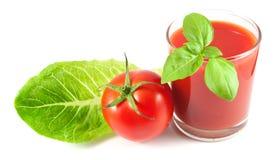 El jugo de tomate con albahaca, el tomate maduro y la ensalada hojean Fotografía de archivo libre de regalías
