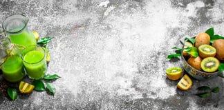 El jugo fresco del kiwi Imágenes de archivo libres de regalías