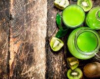 El jugo fresco del kiwi Fotos de archivo libres de regalías