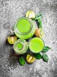 El jugo fresco del kiwi Fotos de archivo