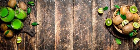 El jugo fresco del kiwi Imagenes de archivo