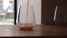 El jugo se vierte en un vidrio almacen de video
