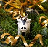 El juguete Bull en árbol de abeto. Fotos de archivo libres de regalías