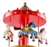 El juguete coloreado con los caballos, cierre del carrusel para arriba, aisló el fondo blanco Imagenes de archivo