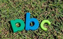 El juguete colorido pone letras a alfabeto en la orden ABC Imagenes de archivo