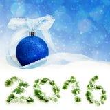 El juguete del árbol de navidad en la nieve en el abeto ramifica fondo Imágenes de archivo libres de regalías