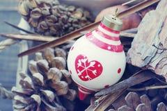 El juguete del Año Nuevo, cedro de los conos y paisaje natural por Año Nuevo en una cesta Imagen de archivo