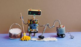 El juguete del Cyborg que aljofifa con la máquina del aspirador, fregona amarilla, birra del cubo riega Hogar automático de la li Fotos de archivo libres de regalías