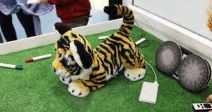 El juguete del robot bajo la forma de pequeño tigre está jugando con los niños almacen de metraje de vídeo