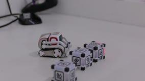 El juguete del robot del cargador almacen de video