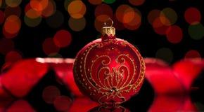 El juguete hermoso de la Navidad se adorna con un modelo y los diamantes artificiales del oro, al rielar rojo oscuro Imagen de archivo libre de regalías