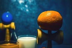 El juguete japonés tradicional del ` de Kendama del ` y la comida sana por adolescencias embroma salud de los childers del concep Fotografía de archivo libre de regalías