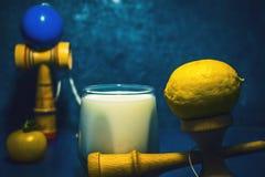 El juguete japonés tradicional del ` de Kendama del ` y la comida sana por adolescencias embroma salud de niños del concepto de l Imagenes de archivo
