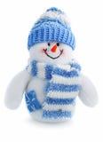 El juguete sonriente del muñeco de nieve se vistió en bufanda y casquillo Imágenes de archivo libres de regalías