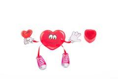 El juguete suave ató con correa las pinzas que colgaban el corazón el día del ` s de la tarjeta del día de San Valentín imagenes de archivo