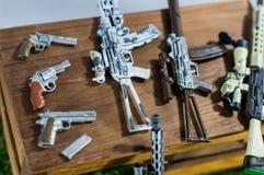 El juguete suave del foco dispara contra la figura y el modelo en mini fondos de madera de la tabla Fotos de archivo libres de regalías