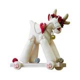El juguete suave hecho a mano aisló ciervos en una carretilla de madera con las ruedas Foto de archivo