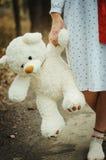 El juguete suave refiere las manos de la muchacha en la ropa de noche al aire libre Fotografía de archivo