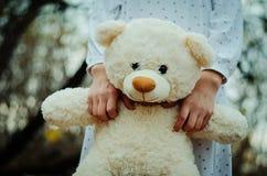 El juguete suave refiere las manos de la muchacha en la ropa de noche al aire libre Imagenes de archivo