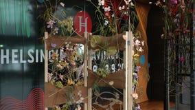 El jurado está examinando los arreglos florales durante el festival florístico almacen de metraje de vídeo