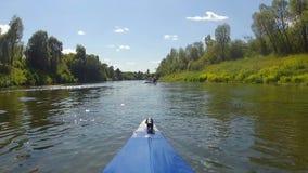 El kajak flota el río almacen de video